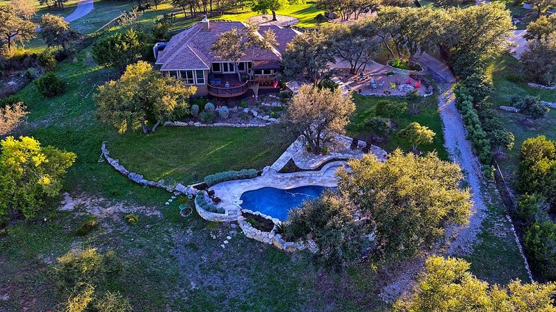 Sprawling 3 acre Hilltop Estate w/ Endless Views of the Famed Texas Hill Country, location de vacances à Lakeway