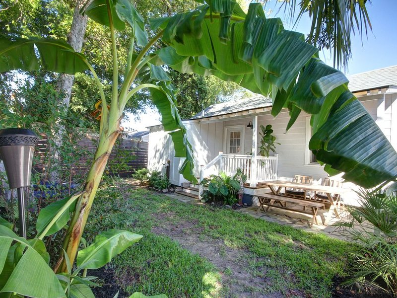 Charlestons Charming Urban Cottage - thoroughly cleaned and disinfected, holiday rental in Daniel Island