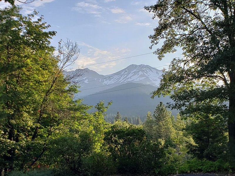 Mountain view, Private and walk to the village, vacation rental in McCloud