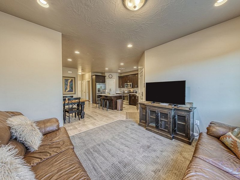 Modern townhome w/shared pool and hot tub, near parks and trails!, casa vacanza a Washington