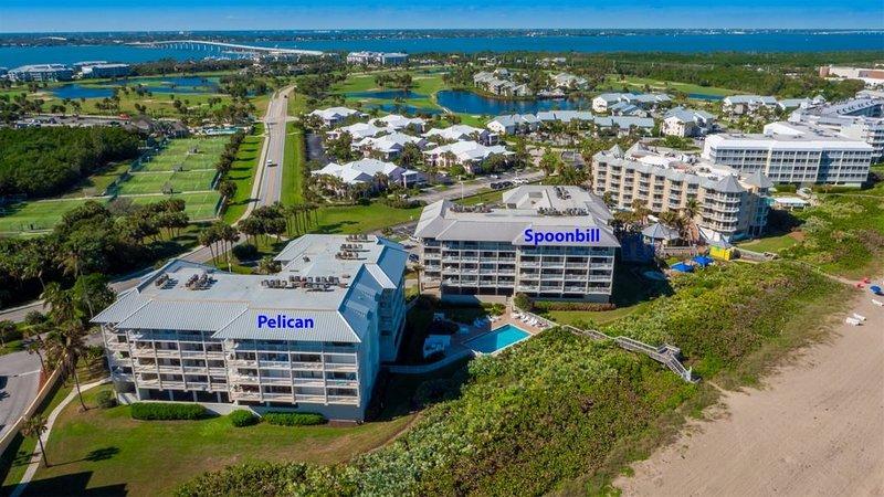 Oceanfront 2-BR Condo Overlooking the Marriott Resort Tiki Bar and Pool, casa vacanza a Stuart