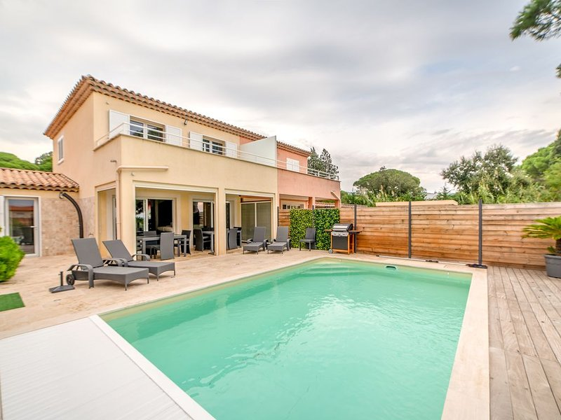 Recent house air-conditioned 7x4 m private new swimming pool, sea view, beach 2, holiday rental in Sainte-Maxime