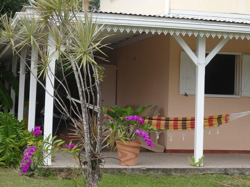 F2 Bas de villa avec véranda d'angle et jardin arboré, Ferienwohnung in Ducos