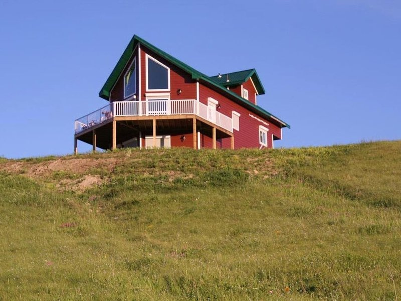 Reunion Cabin Overlooking the St. Mary River, holiday rental in Magrath