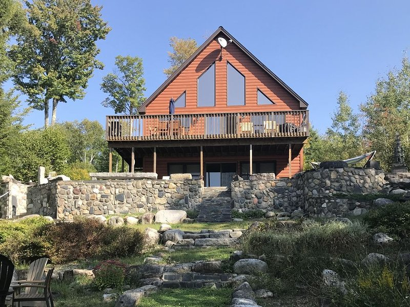 Beautiful year round lakefront home on crystal clear Great Moose Lake, alquiler de vacaciones en Newport