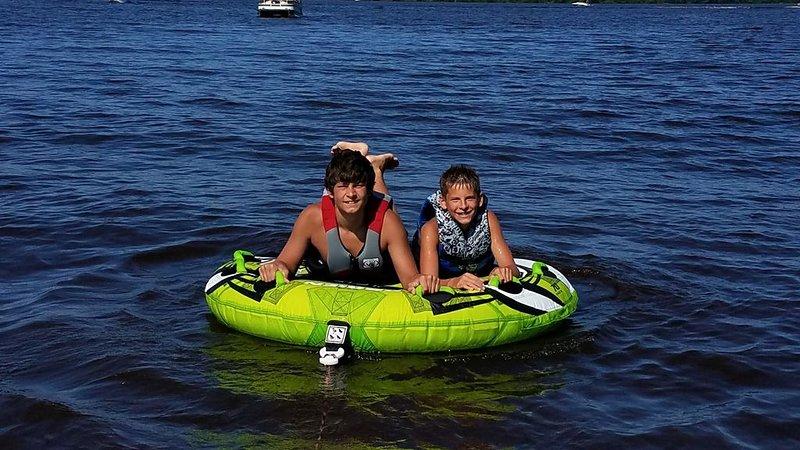 Tubing e sci nautico sul Castle Rock Lake sono fantastici!