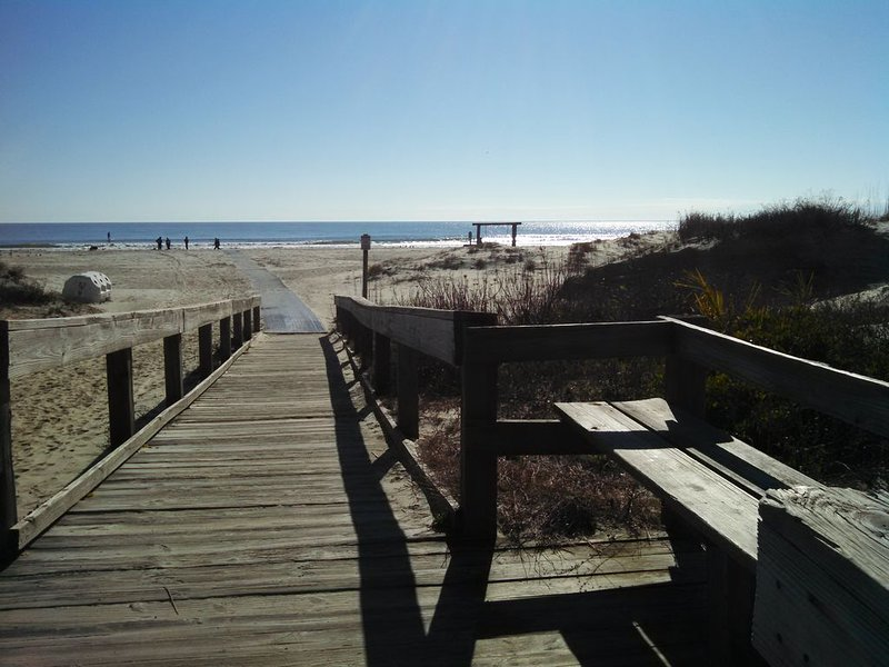 Papous Place: NO CONTACT CHECK IN, STEPS TO THE BEACH, FREE WIFI, FREE PARKING, location de vacances à Wilmington Island