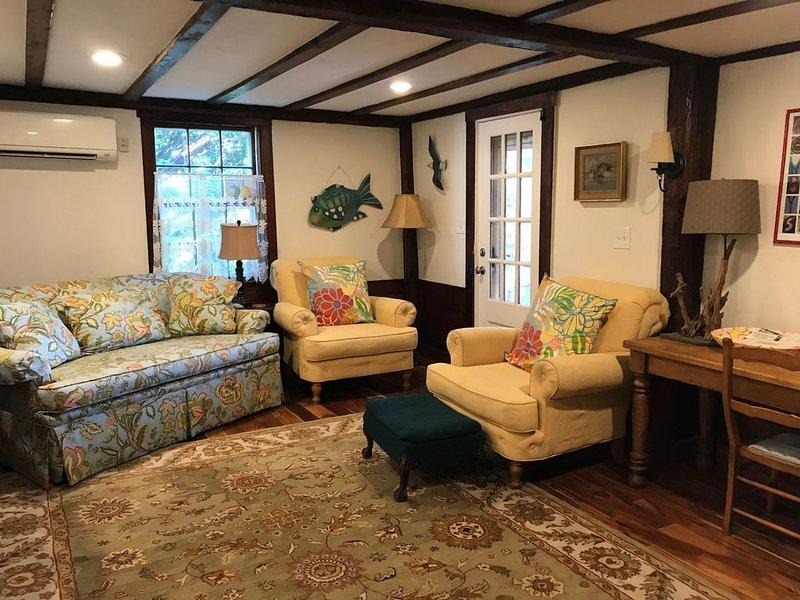 un canapé et des chaises confortables ainsi qu'une grande table à manger / de travail. Vues et confort