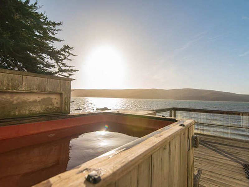 Bleu Bay Beach Cottage - Sleep Over the Water, alquiler vacacional en Marshall