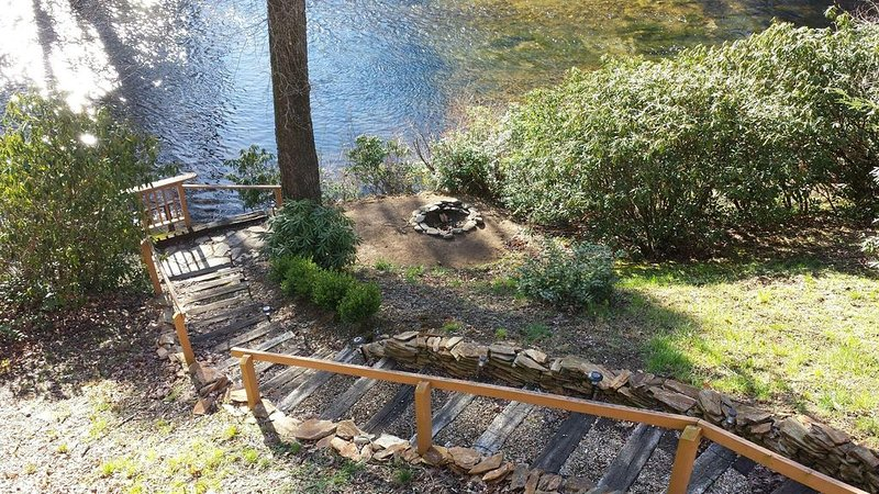 Riverfront direct access to trout river with tranquil views, holiday rental in Spruce Pine