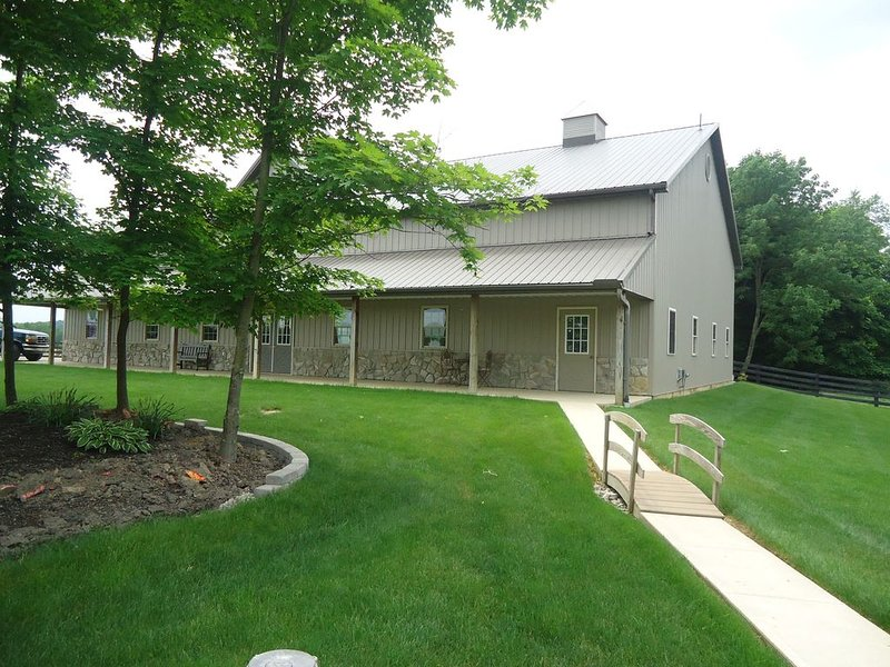 Peaceful country setting close to the Hocking Hills attractions. Sunset Apt., casa vacanza a Kingston
