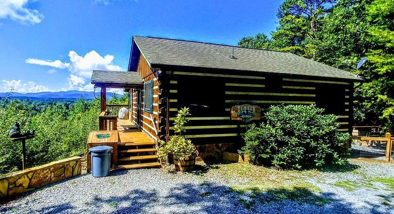 Mountain Views! Romantic, cozy luxury cabin; Hot tub, wifi, Sat TV, mins from BR, alquiler de vacaciones en Morganton