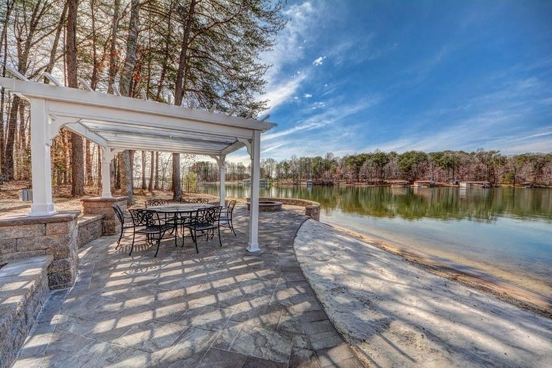 The Gables at Lake Anna great waterfront home on public side with beach, alquiler vacacional en Bumpass