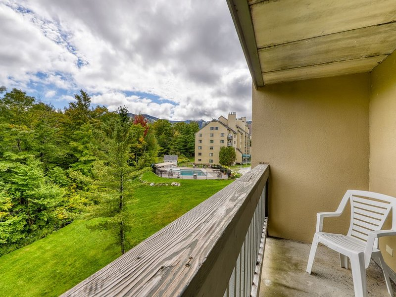 High floor resort condo w/ a shared pools, hot tub, & gym - walk to lifts!, location de vacances à Killington
