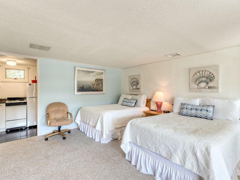 Convenient condo w/ shared pool, picnic area, tennis - close to golf & beach, location de vacances à Oak Bluffs