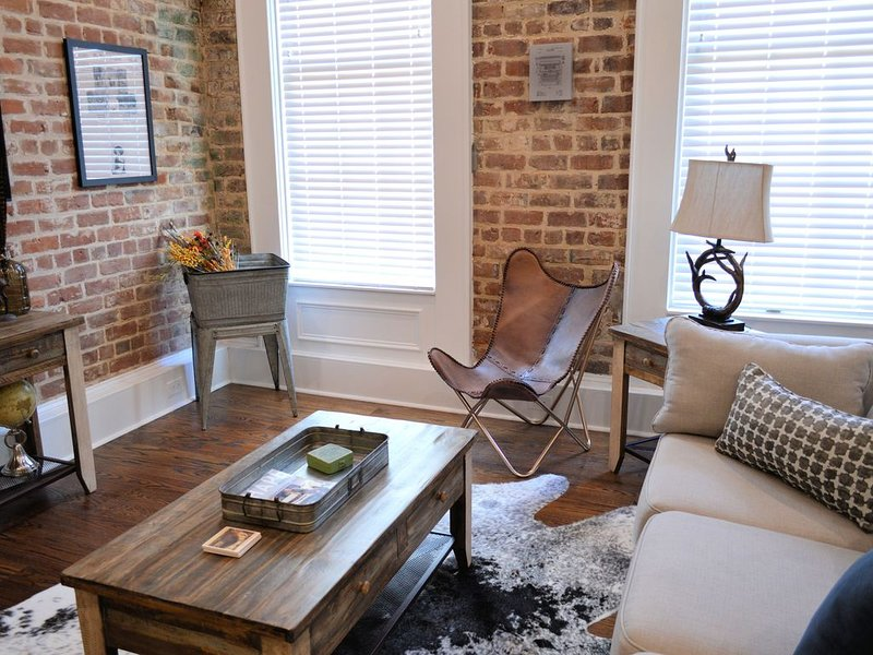 Outdoors and Adventure themed, Historic luxury condo, 2 blocks from French Quart, alquiler de vacaciones en Nueva Orleans