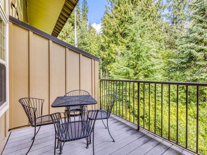 Modern family-friendly townhome w/ shared hot tub & pool - near skiing!, holiday rental in Government Camp