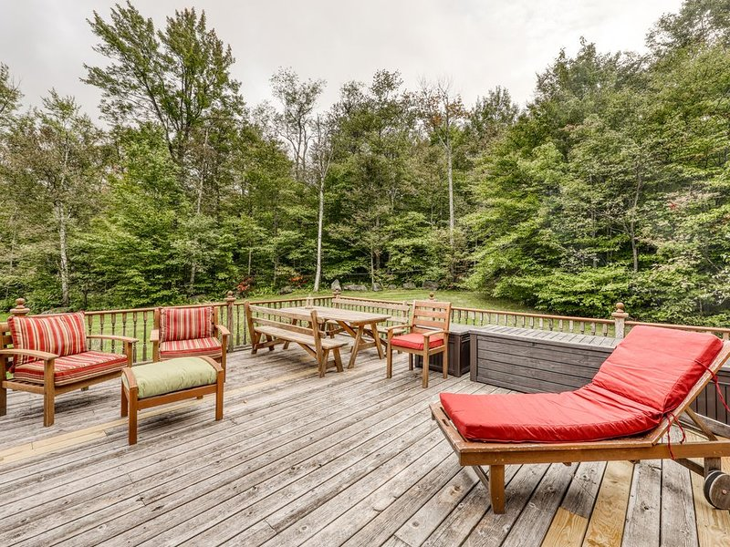 Classic log cabin on a pond w/ mountain views, deck & pool table - dogs OK!, holiday rental in Lincoln