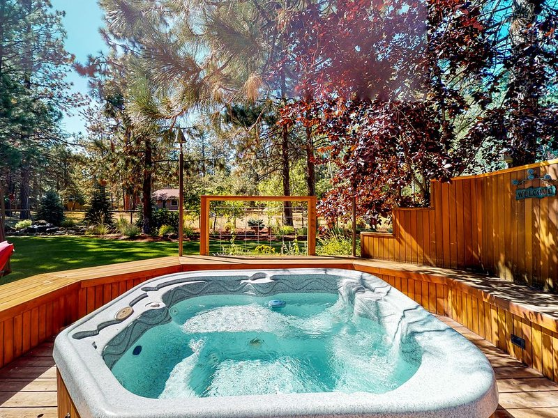 Beautiful family getaway w/ a private hot tub & shared pool, tennis, basketball, vacation rental in Sisters