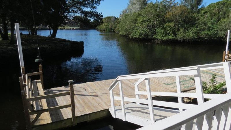Waterfront Cozy Cottage On Cow Creek With Dock, Canoe, Kayaks, Fishing, holiday rental in Hudson