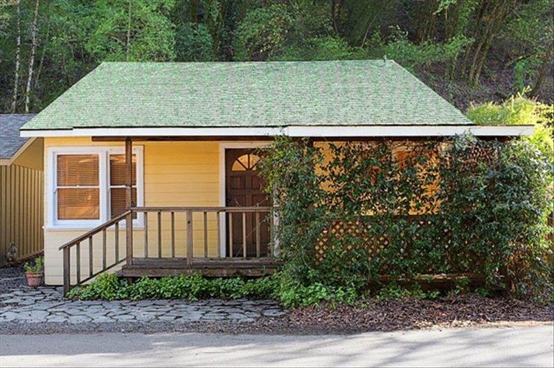 Updated Healdsburg River Cottage: Minutes from Plaza, Tasting Rooms & Vineyards, vacation rental in Healdsburg