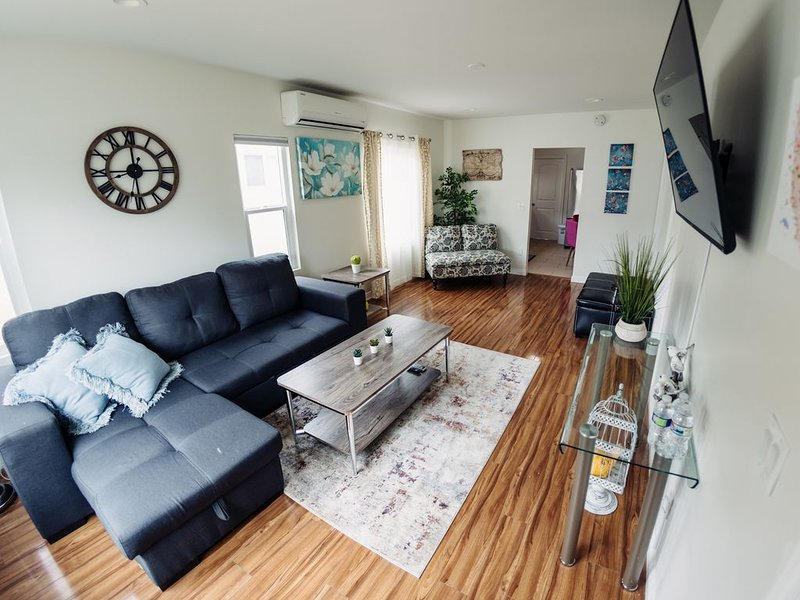 California Front | CLEAN/DISINFECTED Beautiful House, holiday rental in Glendale