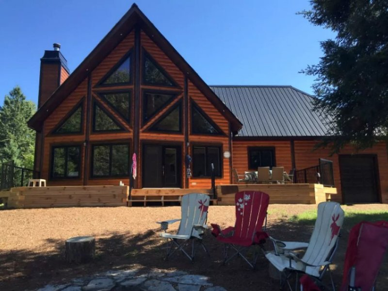 3 Year New, large, cozy, modern log cottage in Muskoka! Sledders! Families or Co, holiday rental in Algonquin Provincial Park