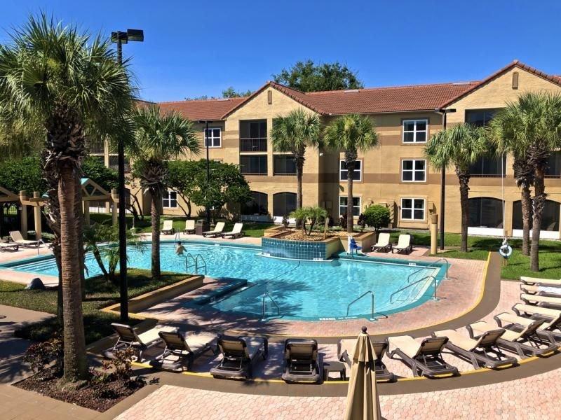 POOLS OPEN! Clean & Comfy Condo w/ Heated Pool & Fun Activities, alquiler de vacaciones en Orlando