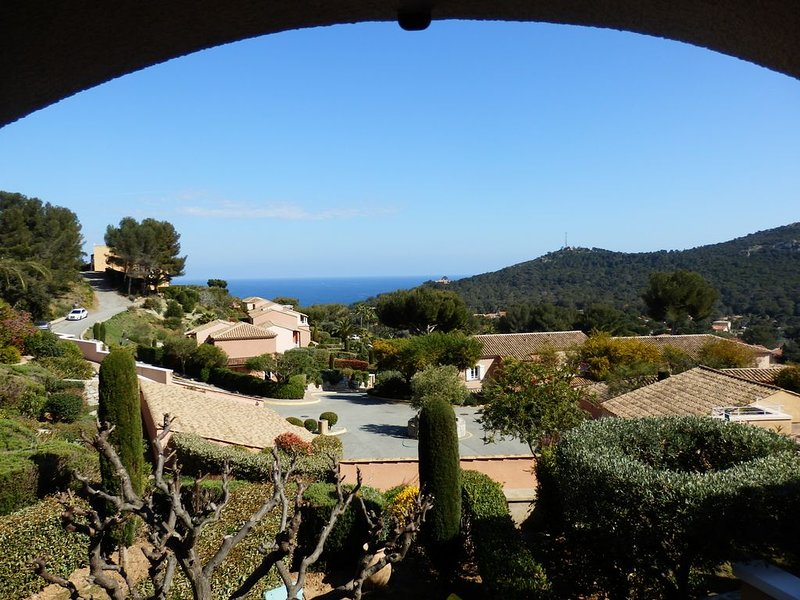 VILLA 3 *** quiet with garden and sea view in leisure Residence, holiday rental in Le Dramont