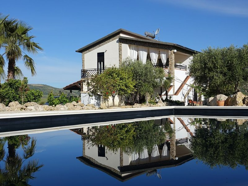 BIANCO NERO Villa - AMAZING VIEW !! POOL, olive trees, citrus and vines., holiday rental in Cianciana