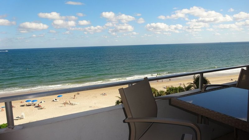 DIRECT OCEAN FRONT WITH VIEWS OF TIKI BAR, POOL & BEACH 2 Bedroom/2Bath Condo, alquiler de vacaciones en Fort Lauderdale