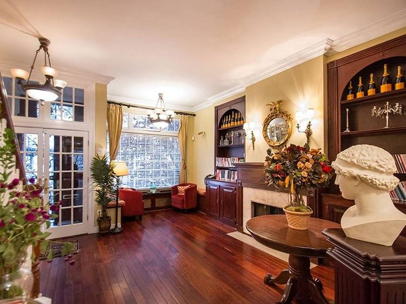 LARGEST TOWNHOUSE IN NYC FOR RENT- SHORT TERM AVAILABLE ON REQUEST, casa vacanza a Queens
