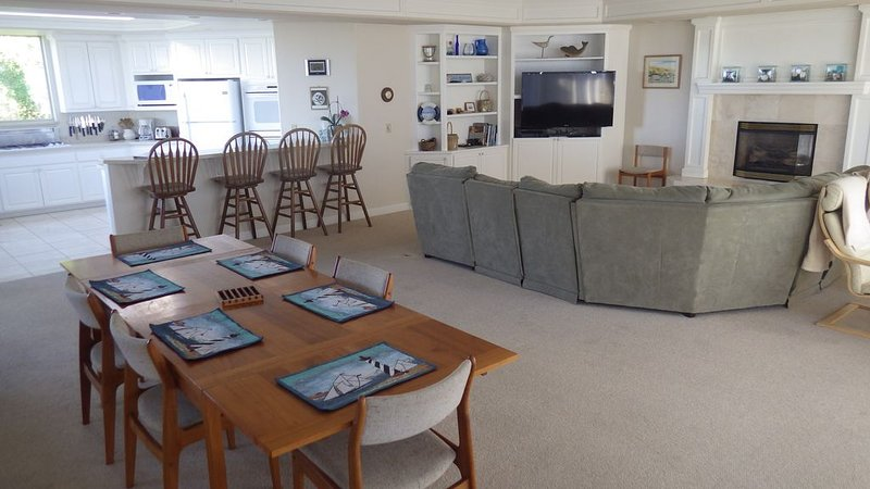 Spacious 5-bedroom home: hot tub, pool table, spectacular views, alquiler de vacaciones en Bodega Bay