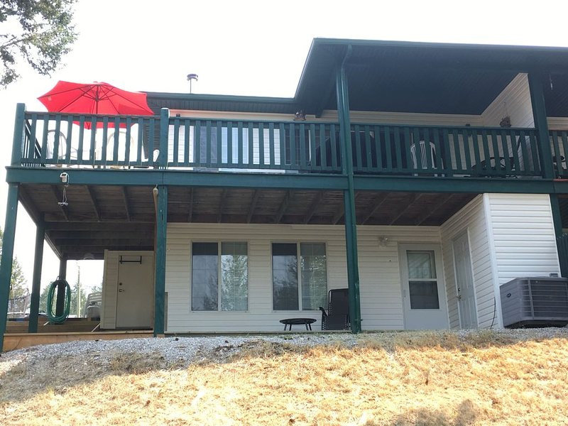 Incredible spacious location with something for everyone!!, casa vacanza a Invermere