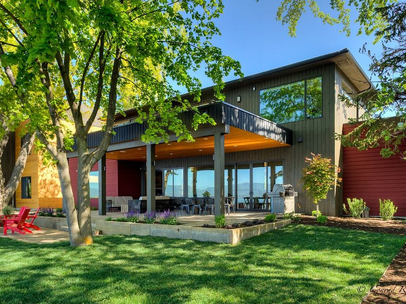 Enjoy your Flathead Lake vacation in this amazing home!