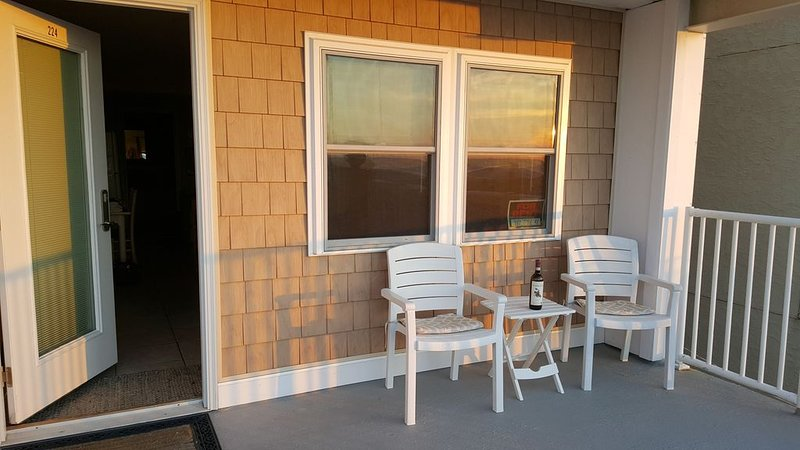 *Corner Unit*  Perfect way to unwind listen to the waves & enjoy the ocean view