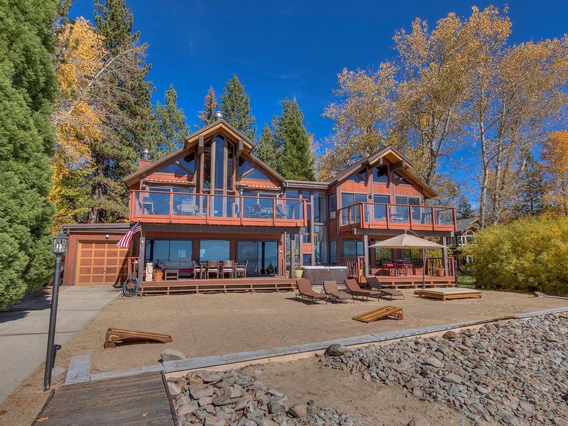 Lake Front Retreat With Your Private Beach & Hot Tub – semesterbostad i Tahoe Vista