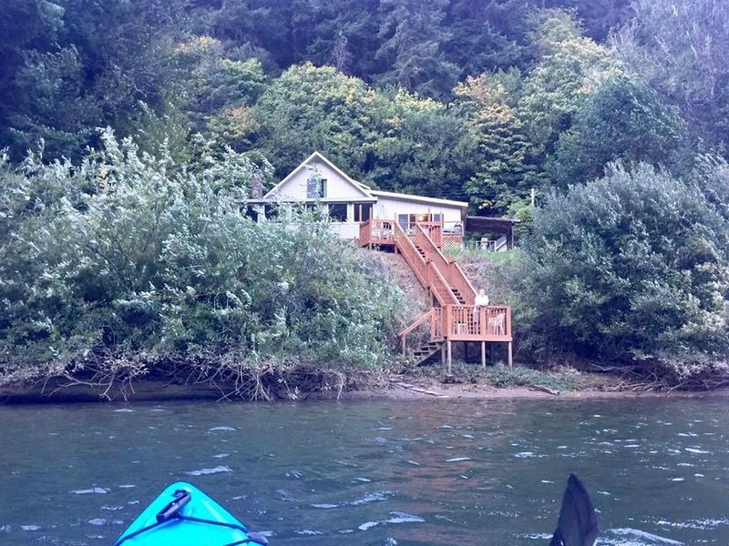 Great Vintage 2500sq ft. country cabin amazing river front setting!, vacation rental in Reedsport