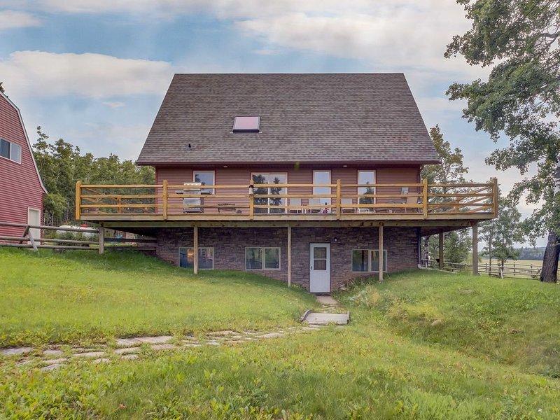 Millarville 80's Rustic 3BD Farmhouse, alquiler vacacional en Bragg Creek