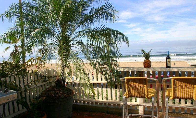 At the Beach Oceanfront Retreat with Jacuzzi!, location de vacances à Manhattan Beach