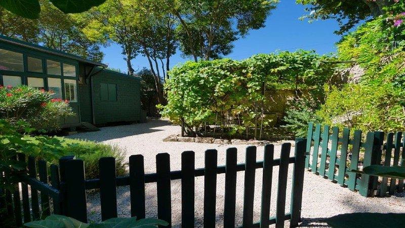 Gîte de charme climatisé 'la cabane' et son jardin privé et indépendant, casa vacanza a Restinclieres