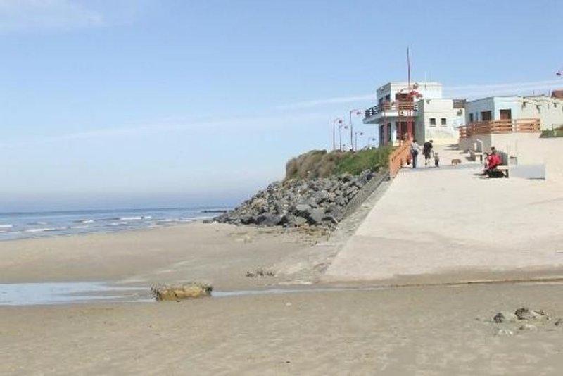 Spacieux appartement ensolleille vue sur la mer par les velux avec terrasse, holiday rental in Saint-Leonard