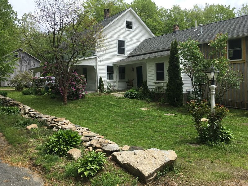 Big farmhouse in the foothills of the Berkshires, aluguéis de temporada em East Longmeadow