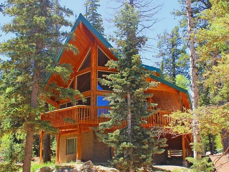 Luxury 3 Story Log Home with WiFi Close To Zion, Bryce & Brian Head, casa vacanza a Duck Creek Village