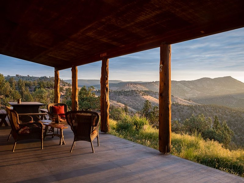 Central Oregon Getaway with Incredible Lake and Mountain views, holiday rental in Prineville