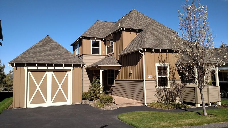 Mountian View, Free Passes to 3 Sport centers, pools, Hot tubs & walking trails!, holiday rental in Redmond