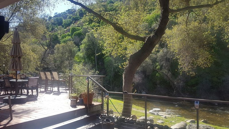 Riverfront Home with Large Deck on South Fork of Kaweah River, alquiler de vacaciones en Three Rivers