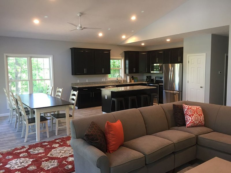 4th Night Free - 4 BR/3 BA Lakeview in Grand Rivers -The Only City on Both Lakes, holiday rental in Calvert City