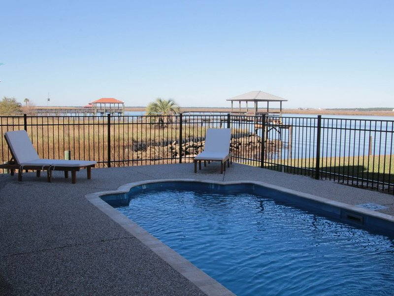 Waterfront Bayhouse With Pool – semesterbostad i Waveland