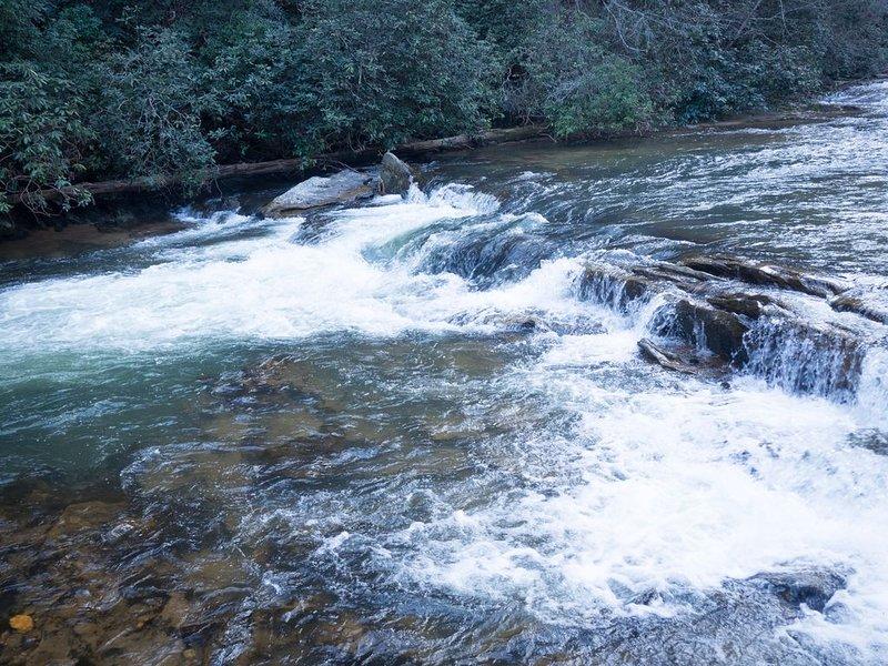 Rushing River Log Cabin in Georgia Mountain Wine Country Near Dahlonega, holiday rental in Dahlonega